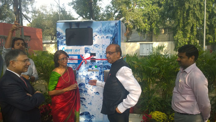 Mrs. Jaya Goyal from ASJ team explaining machine features to Shri Vijay Goel